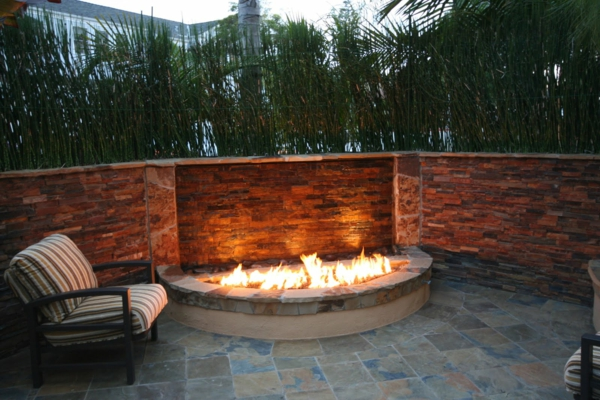 bahçede ateş çukuru
